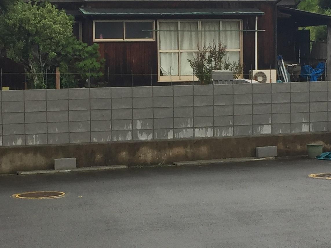 隣の家が塀を造った、、、へぇ~